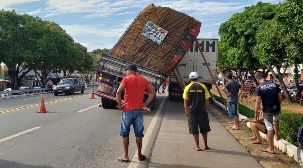 Em ato de solidariedade caminhoneiro utiliza o próprio veículo para segurar a carga do companheiro de estrada que estava prestes a tombar