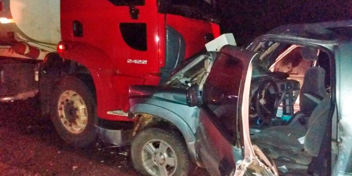 Acidente que deixou três pessoas feridas aconteceu na BR-010 — Foto: Divulgação/Corpo de Bombeiros