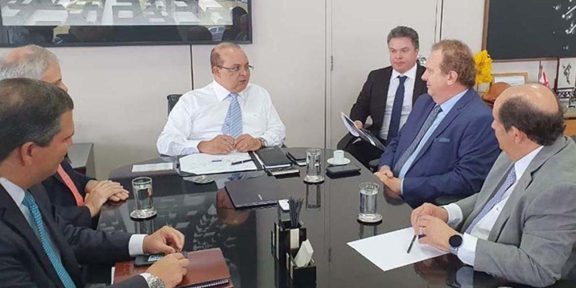 O governador Mauro Carlesse se reuniu com o governador do Distrito Federal, Ibaneis Rocha, e com o presidente do Banco de Brasília (BRB), Paulo Henrique Costa, para discutir a instalação da instituição bancária no Tocantins - Governo do Tocantins