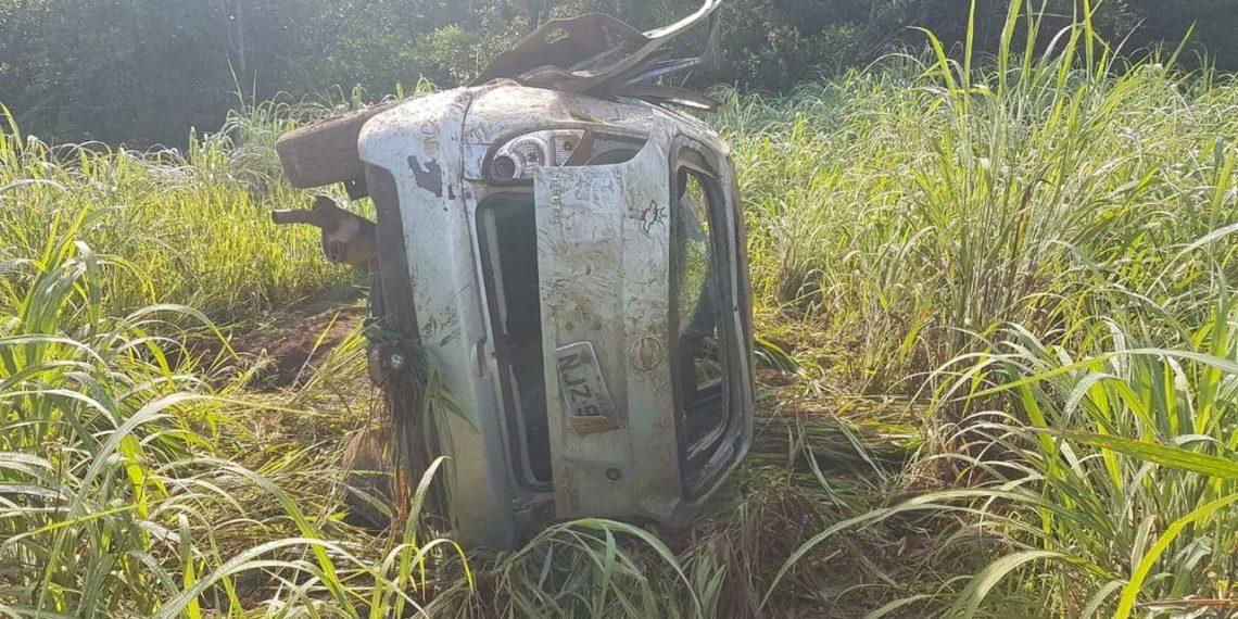 Carro capota e cinco pessoas se ferem no sul do estado — Foto: Divulgação/Bombeiros